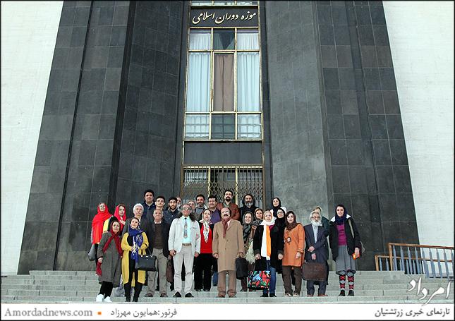 نفر میانی اردشیر صالح پور با جمعی از هنرمندان خودآموخته در موزه ملی