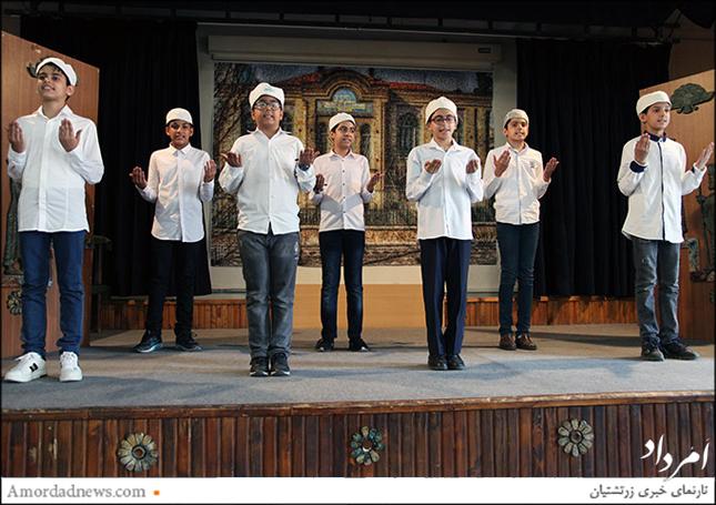 جشن پایان دورهی ابتدایی دانشآموزان جمشیدجم با نیایش گروهی آغاز شد